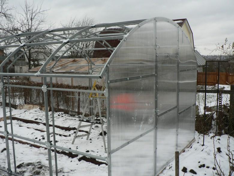 Как укрепить теплицу из поликарбоната на зиму